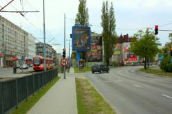 Dziś przejście tym chodnikiem jest niedozwolone. Nowa sygnalizacja umożliwi jednak bezpieczne uruchomienie przejścia bez jakiegokolwiek wpływu ruch samochodów i tramwajów.