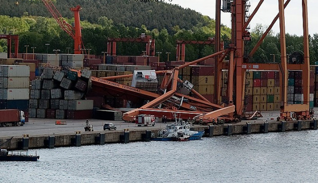 Uderzona przez prom suwnica przewróciła się na kontenery składowane na nabrzeżu.