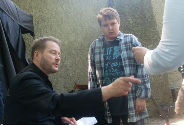 Michał w oczekiwaniu na autograf od Artura Żmijewskiego.