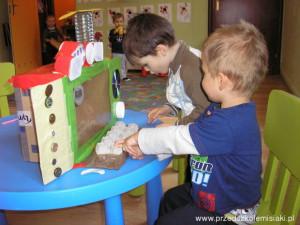 Kubuś i Mikołaj przy komputerze Commodore 64. W Misiakach zabawki wyjechały na wakacje. Trzeba je sobie zrobić!