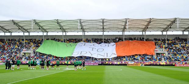 Kibice przywitali Irlandczyków w Gdyni ogromną flagą w ich narodowych barwach.