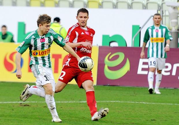 Jakub Kosecki (przy piłce) ponownie trenuje z Legią. Za Jakuba Wilka (nr 19) trzeba dopłacić Lechowi aż 700 tysięcy złotych.