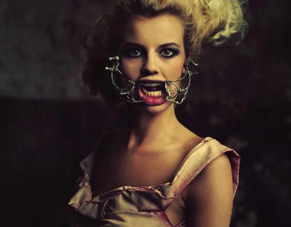 Zdjęcie z kostiumem Katarzyny Konieczki zostało wykorzystane na plakacie paryskiej wystawy.