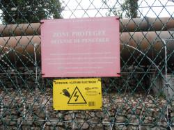 Elektrownie, jak ta w Saint-Laurent we Francji, często otoczone są płotem pod napięciem.