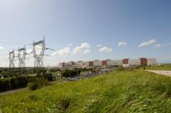 Gravelines, największa elektrownia we Francji. To było jedyne miejsce, gdzie nasza grupa, lecz bez aparatów fotograficznych, weszła na teren obiektu. Zobaczyliśmy olbrzymie generatory.