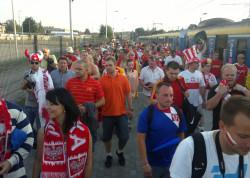 Kibice wysiedli z SKM-ki i idą na stadion.