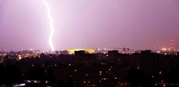 Błyskawica nad stadionem w Gdańsku. Burza i oberwanie chmury sprawiły, że kibice po meczu uciekali do domów.