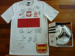 Piłkarze podpisali koszulkę i piłkę, które trafią na aukcję charytatywną.