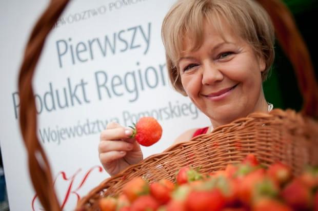 Bernadeta Puzdrowska promuje w Gdańsku kaszubskie truskawki przed ćwierćfinałem Niemcy-Grecja.