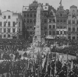 8 maja 1904 r. na Targu Drzewnym odsłonięto Kriegerdenkmal, obelisk upamiętniający historyczne zwycięstwa Armii Niemieckich.