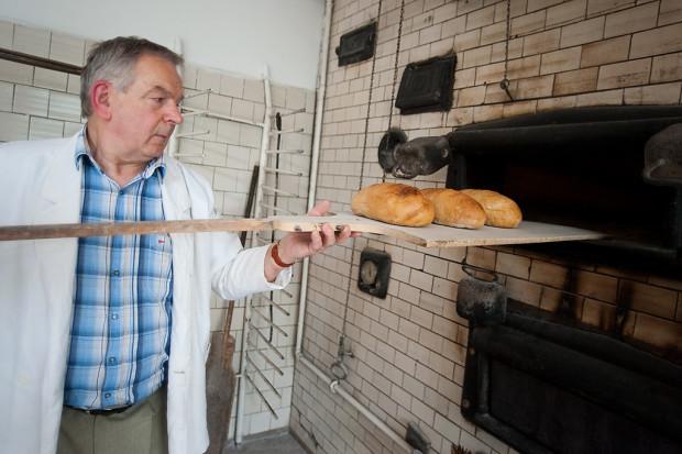 Ryszard Majchrowski przy najstarszym w Gdańsku chlebowym piecu. Niewielki zakład i sklep przejął po swoim ojcu - Józefie.