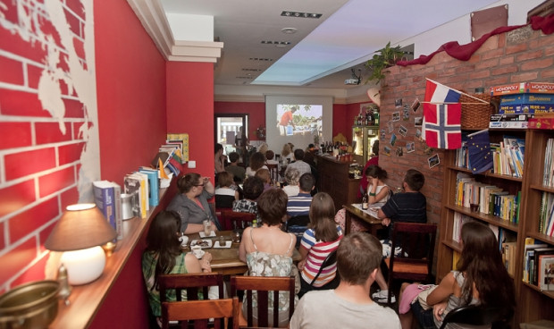 W Południku 18 odbywają się cykliczne spotkania o podróżach, a w środku można poczuć się jak w multikulturowym hostelu.