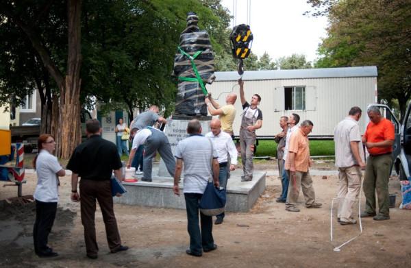 Pomnik ks. Henryka Jankowskiego stanął w środę na postumencie przy skwerze nieopodal bazyliki św. Brygidy. Odsłonięcie pomnika zaplanowano na 31 sierpnia.
