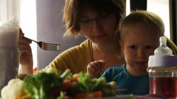 Niektórzy rodzice największą uwagę zwracają na to, czy w menu dla dzieci są warzywa i inne zdrowe przekąski.
