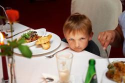 Część restauracji ma specjalną ofertę dla rodzin, np. weekendowe zestawy lub bufety rodzinne.