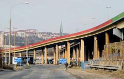 Część kierowców przy remontach estakady w Gdyni zastanawiało się, gdzie podziali się drogowcy. Ci byli w tym czasie pod estakadą.