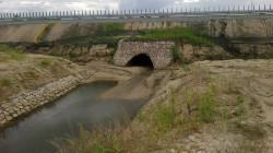 W efekcie niezastosowania tymczasowej kanalizacji deszczowej nasypy ulegają wymyciu.