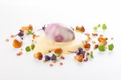 """Zwycięzca w kategorii """"Przystawka"""": Jajo zielononóżki w barolo z kurkami, bekonem i pianką hollandaise."""