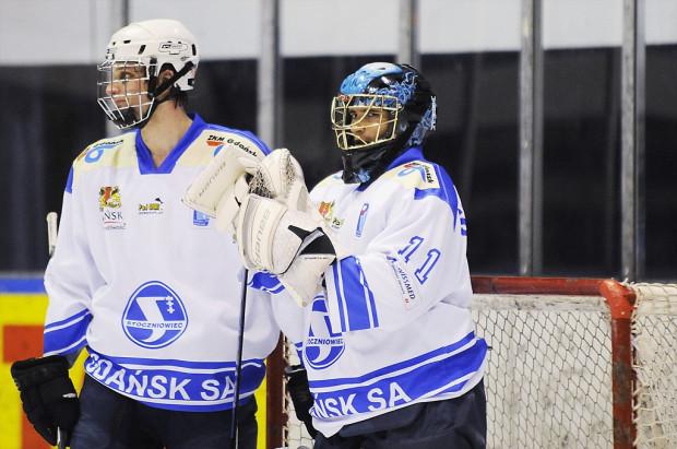 Sylwester Soliński (z prawej, jeszcze w barwach Stoczniowca) będzie podstawowym bramkarzem KH Gdańsk.