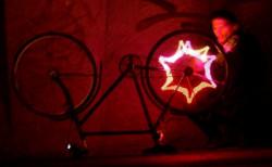 Jezdnia to nie dyskoteka, dlatego używanie takiego oświetlenia przez rowerzystów jest w Polsce zabronione