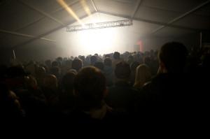 Koncert King Midas Soundsystem oślepiał oczy gradem stroboskopowych świateł i atakował uszy głośnością na granicy ludzkiej wytrzymałości. Publiczności to wcale nie przeszkadzało.