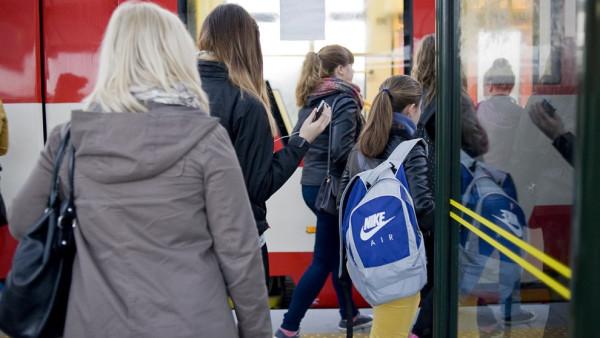 Telefon komórkowy zabija dziś czas w podróży miejskim autobusem, tak jak kiedyś robiła to gazeta. O ile jednak czytanie nikomu nie przeszkadza, to słuchanie muzyki bez słuchawek - już tak.