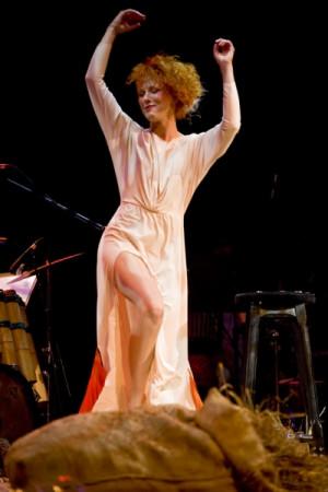 Gwiazdą wieczoru w pełni zasłużenie jest Katarzyna Kurdej (na zdjęciu), która ujawnia swój duży talent wokalny w inteligentnych, przemyślanych interpretacjach wierszy Teresy Ferenc.