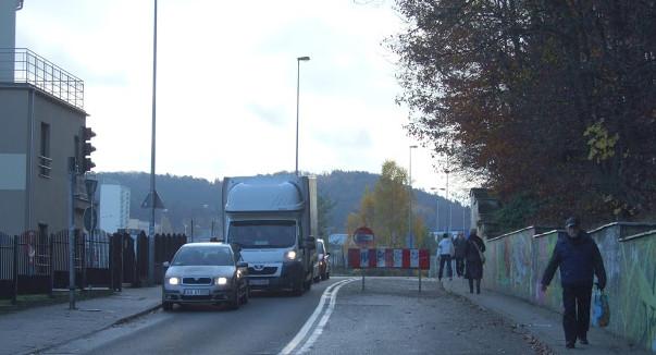 By rowerzyści mogli dojechać do Tesco w Chyloni, muszą na ul. Kcyńskiej łamać przepisy.