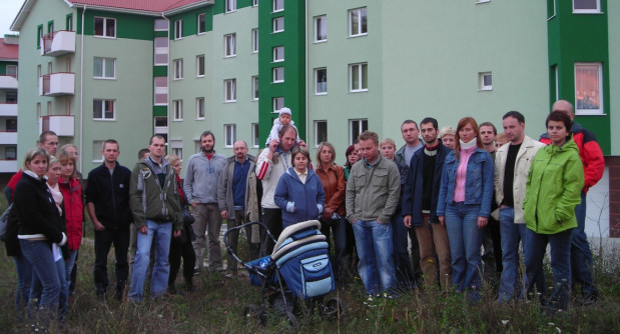 Część mieszkańców budynku przy ul. Nieborowskiej 34 we wrześniu 2007 r.