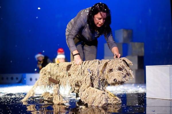 Główny bohater, Baltic, to imponująca lalka, animowana przez niemal cały zespół aktorski. Pies nie wypowiada ani jednego słowa, ale z miejsca podbija serca widzów w każdym wieku.