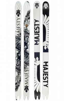 Majesty bardzo podkreśla fakt, że pochodzi Polski. Na każdej parze nart Majesty napisane jest, że narty zostały wyprodukowane w Polsce. Na grafice tegorocznych nart freerideowych ACE przedstawiony został polski husarz.