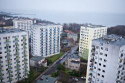 Widok Zatoki i panoramy Gdyni oglądany z 12 piętra budzi emocje nawet w zimie.